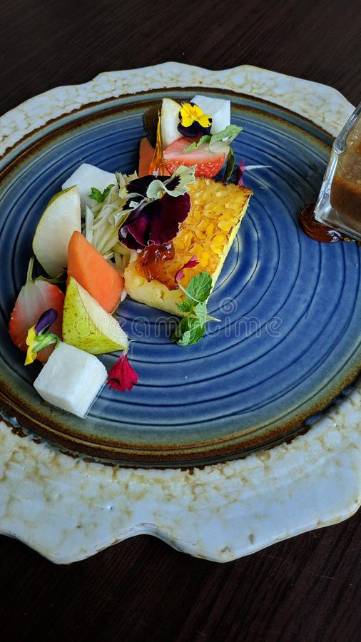 Rujak is Indonesisch tropisch voedsel, dat van verse, gesneden eerder grote vruchten wordt gemaakt, die met zoete Spaanse peper w royalty-vrije stock fotografie