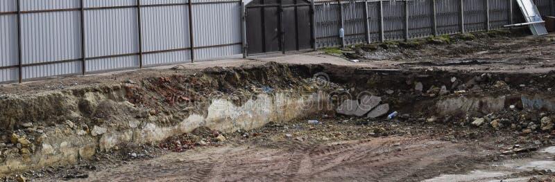 rujnująca podstawa stary budynek ściany piwnica wyburzający budynek i gruzy, fotografia royalty free