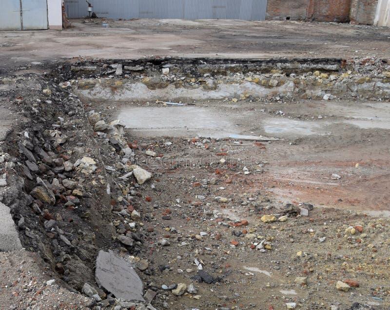 rujnująca podstawa stary budynek ściany piwnica wyburzający budynek i gruzy, zdjęcia stock