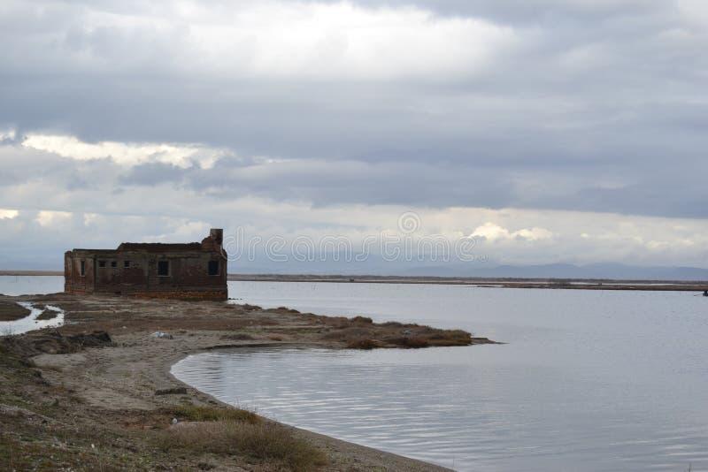 Rujnujący brzeg jeziora dom zdjęcie stock