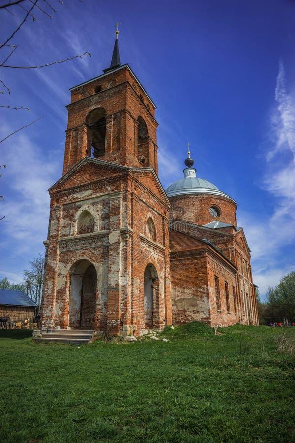 Rujnujący czerwonej cegły kościół w Kaluga regionie, Rosja zdjęcie stock