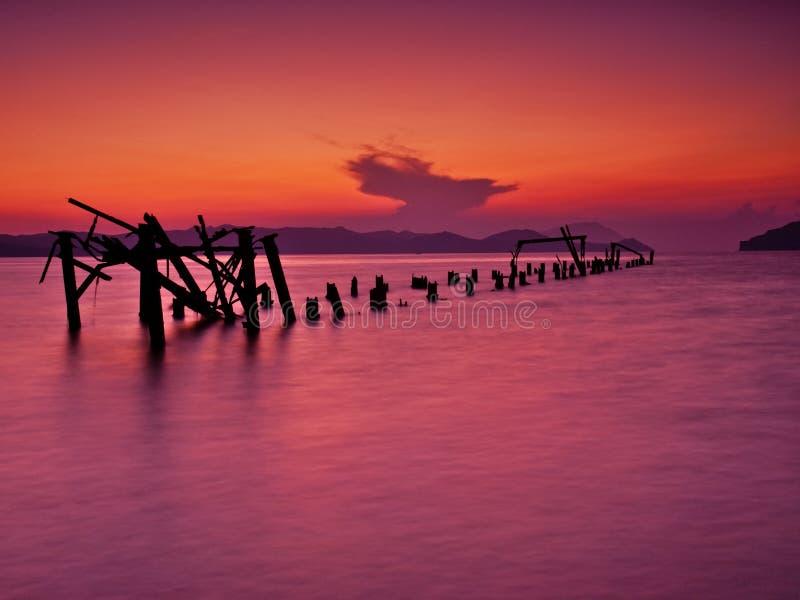 Rujnujący molo w dennego, idyllicznego zmierzch, zdjęcie royalty free
