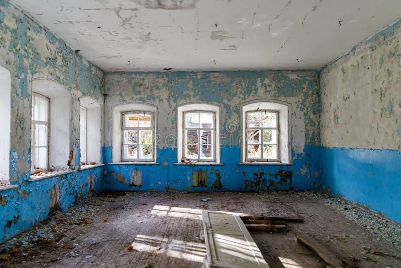 Rujnujący wnętrze stara zaniechana wiejska szkoła w Rosja obraz royalty free