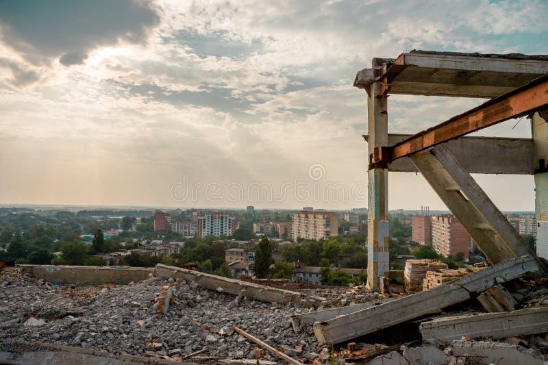 Rujnujący wzrosta przemysłowy budynek obraz stock
