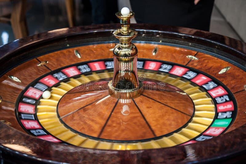 Ruletowy przędzalnictwo w ruchu, podczas demonstraci gry Ruleta jest uprawia hazard i zakłada się kasynowym grze obraz royalty free