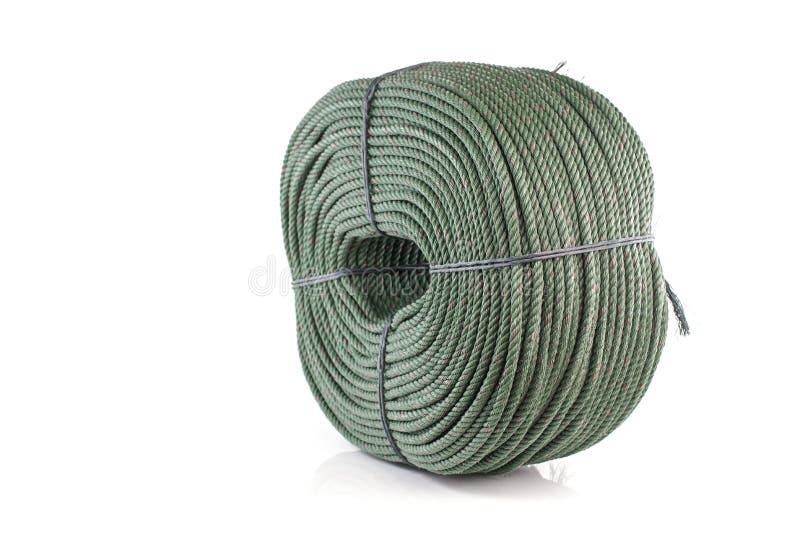 Rulla tjocka gröna det isolerade nylonrepet på vit bakgrund royaltyfria bilder