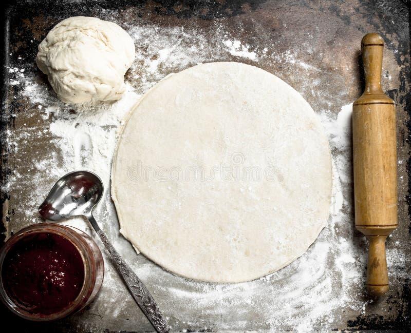 Rulla ut deg för pizza royaltyfria foton