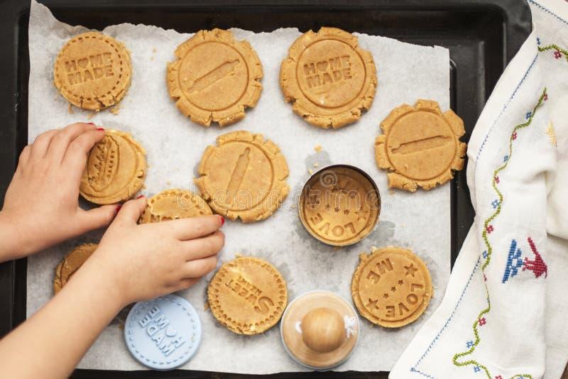 Rulla ut degen på former handtag för barn` s i ramen stekhett hemlagat arkivfoto