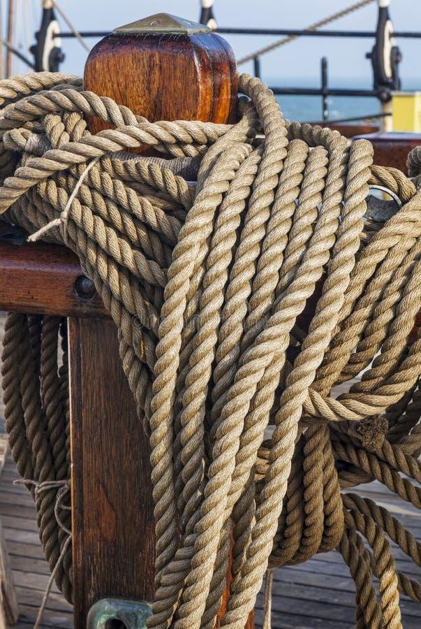Rullade ihop rep på ett seglaskepp arkivfoton