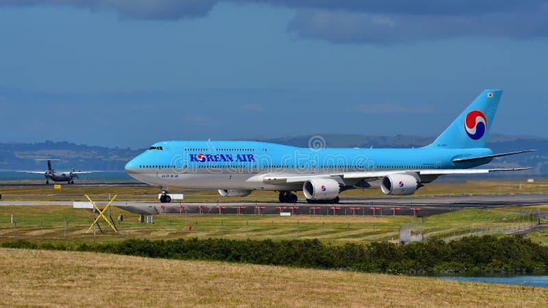 Rullaggio enorme eccellente di Korean Air Boeing 747-8i all'aeroporto internazionale di Auckland immagine stock libera da diritti