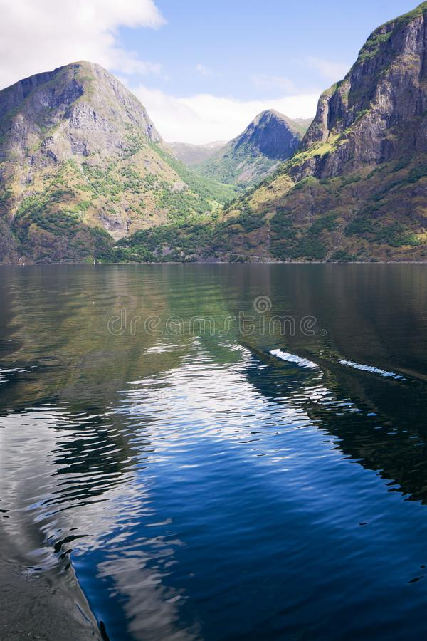 Rullande av himmel och vatten i Aurlandsfjord i Norge arkivbild