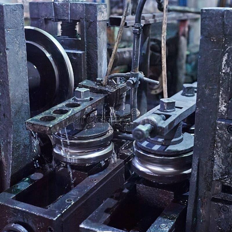 Rullande bilda rullmetall arbetar på tillverkning av rör arkivbild