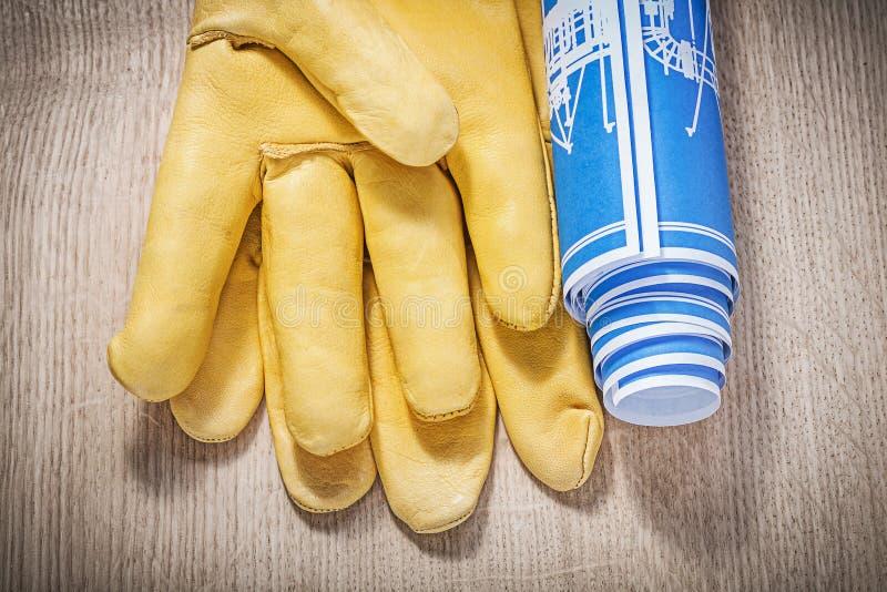 Rullande blåa teknikteckningar för säkerhet handskar på träbräde c arkivfoto