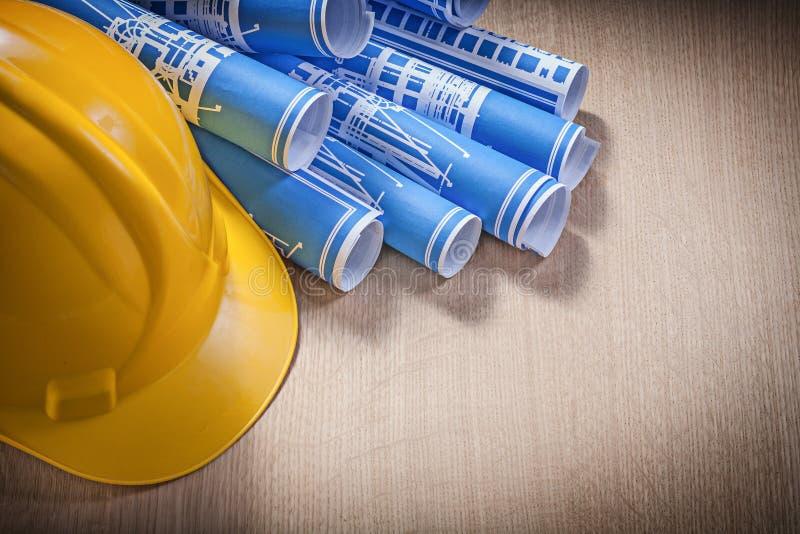 Rullande blått gör en skiss av byggnadshjälmen på träbrädetankeskapelse fotografering för bildbyråer