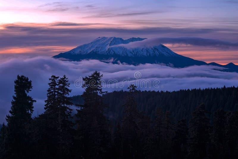 Rullande dimma över Mount Saint Helens på solnedgången royaltyfri fotografi