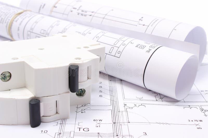 Rullande elektriska diagram och elektrisk säkring på byggnadsritning av huset royaltyfria foton