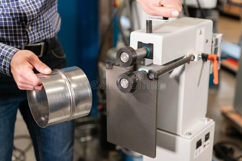 Rullande hjälpmedel Maskin av produktion av beståndsdelventilation och avloppsrännor Böjande hjälpmedel och utrustning för arkmet royaltyfri foto