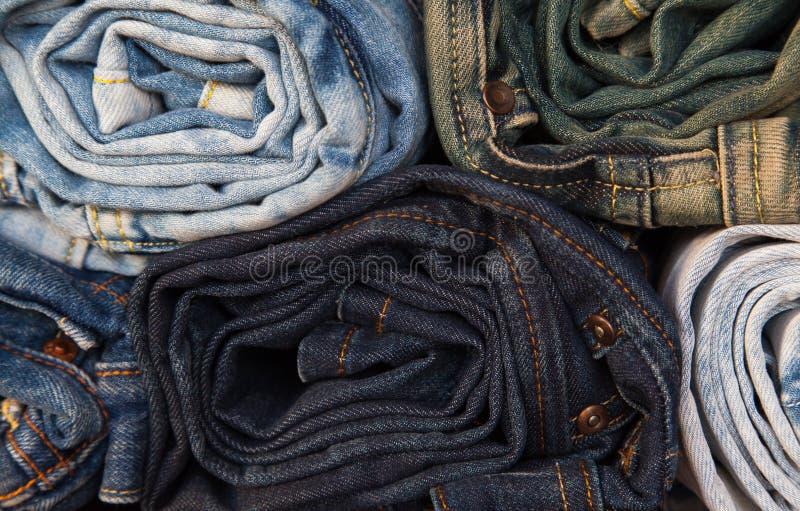 Rullande jeans av olika färger royaltyfri fotografi