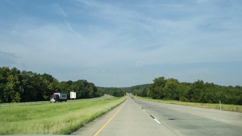 Rullande kullar längs I-40 i östra Oklahoma med lätt trafik arkivfoton
