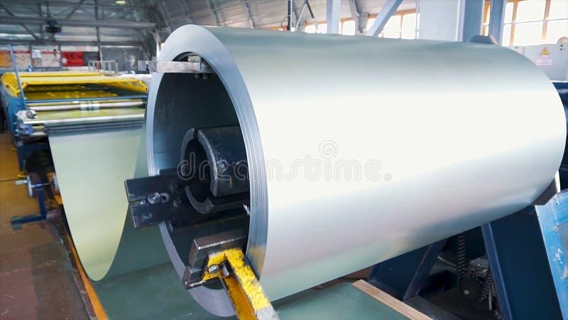 rullande stål Bunt av rullar, förkylning - rullande stål rullar ihop i handling Galvaniserat stålark och rostig kant Förkylning - arkivbilder