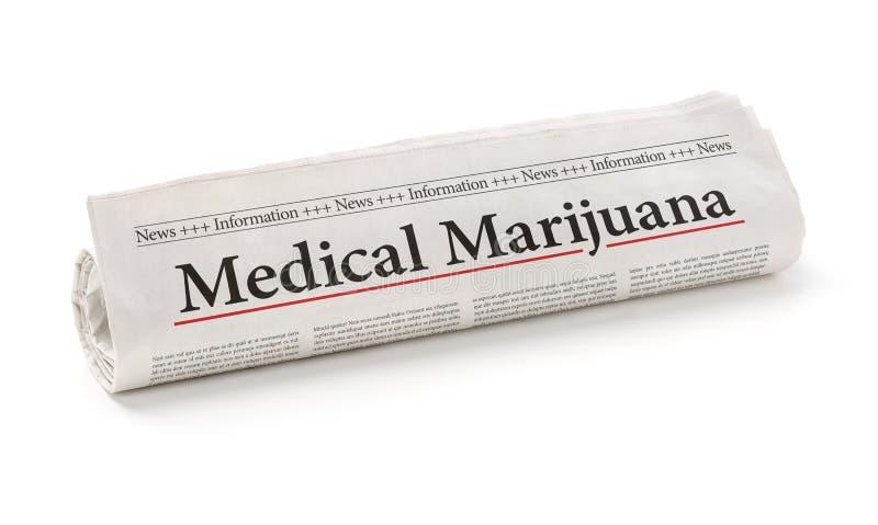 Rullande tidning med den medicinska marijuanan för rubrik royaltyfri bild