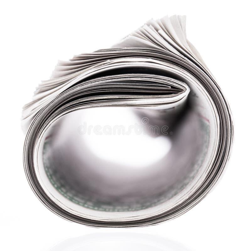 Rullande tidning som isoleras p? vit bakgrund arkivfoton