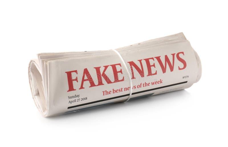 Rullande tidningar på vit bakgrund arkivbilder