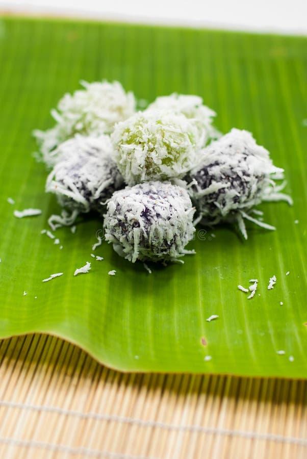 Rullar den thailändska kokade bollen för efterrätten sötsaken, över den grated kokosnöten arkivbild