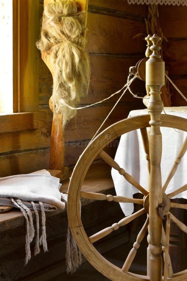 Rullar den traditionella snurret för tappning, distaffen med garn i trä arkivbild