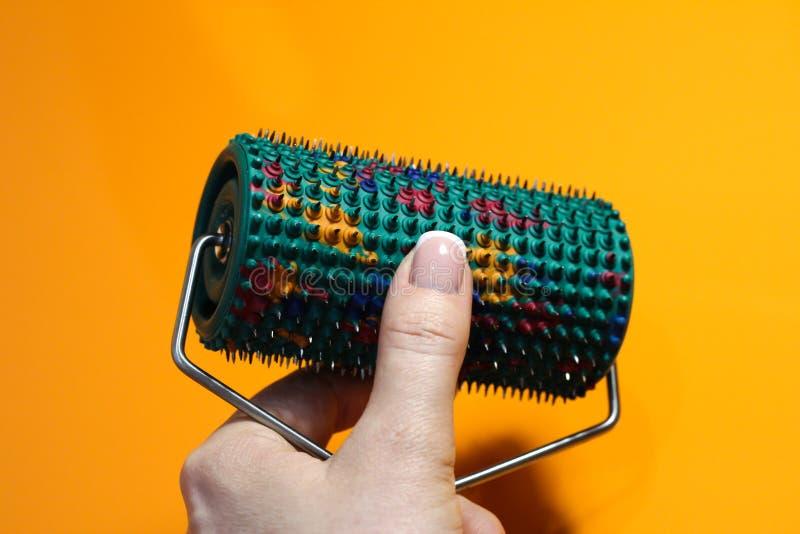 Rullare med nålar av olika metaller i handen royaltyfri foto