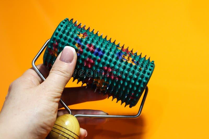 Rullare med nålar av olika metaller i handen arkivbild
