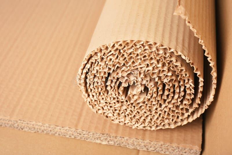 Rulle av brun wellpapp, closeup arkivbilder
