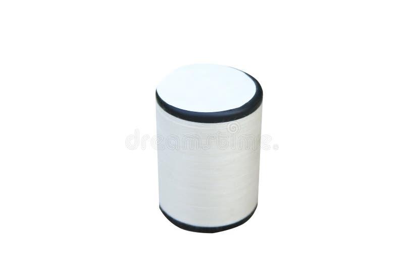 Rulle av den vita sy tråden som isoleras på vit bakgrund arkivbild
