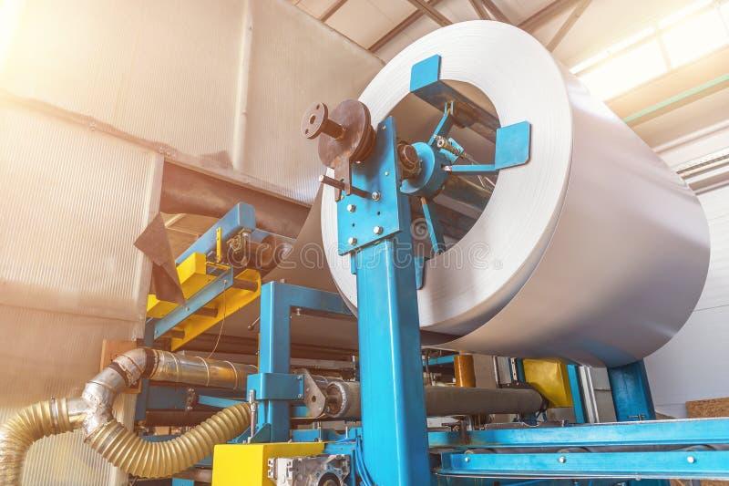 Rulle av galvaniserat stål eller metall på maskinen i industriellt seminarium på rullande maler och att tillverka metallarbetefab royaltyfria bilder