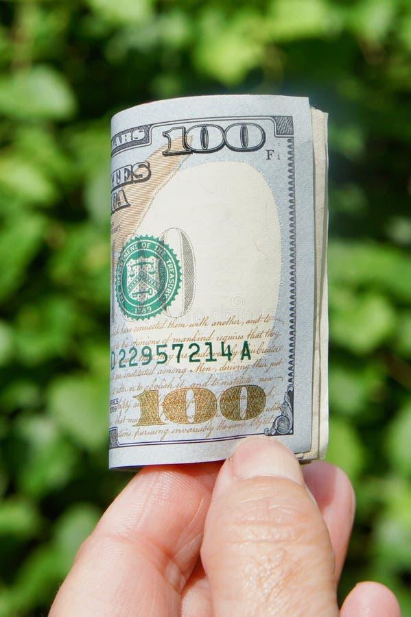 Rulle av hundra dollarräkningar royaltyfria bilder