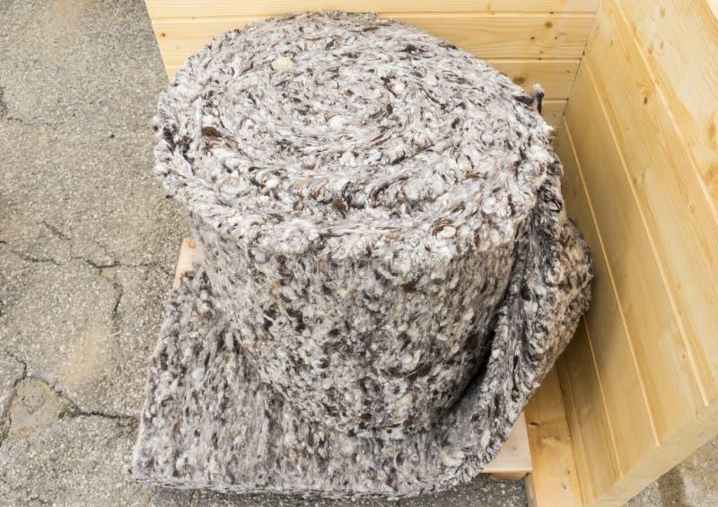 Rulle av material för fårullisolering arkivfoton