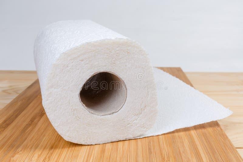Rulle av pappers- handdukar på träyttersidanärbild royaltyfria foton