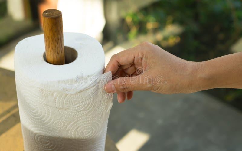 Rulle för papper för silkespapper för flickaplockning vit royaltyfria bilder