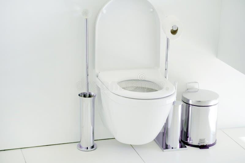 Rulle för toalettpapper i restroomClose-up av toalettbunken och att rulla på arkivfoton