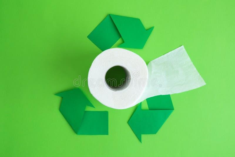 Rulle för toalettpapper och återanvändning av pilecoabstrakt begrepp royaltyfri fotografi