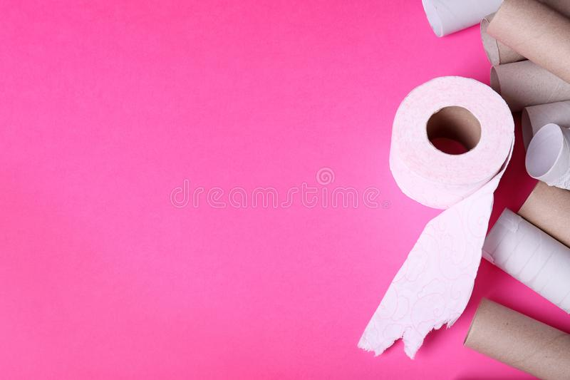 Rulle för toalettpapper och tomma rör på färgbakgrund royaltyfria bilder