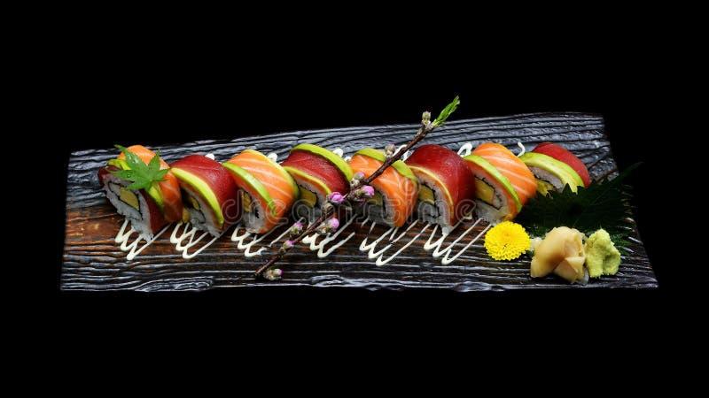 Rulle för tonfisksushimakien och laxsushimakien rullar Japansk sushifiskrulle Japansk traditionsfusion arkivbild