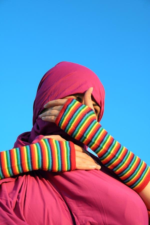 rullgardinen eyes muslimkvinnan fotografering för bildbyråer