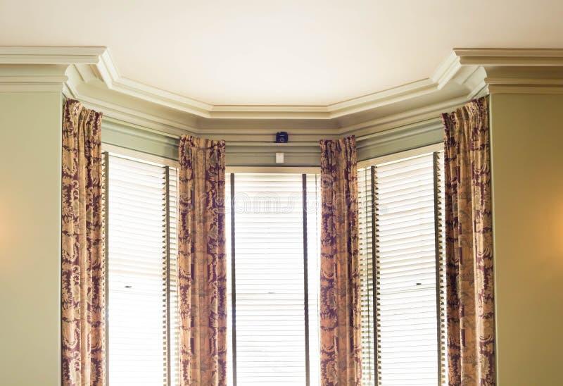 Rullgardiner och gardiner royaltyfri foto