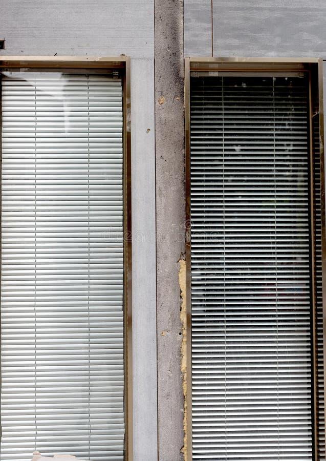 Rullgardiner på cementväggen royaltyfri foto