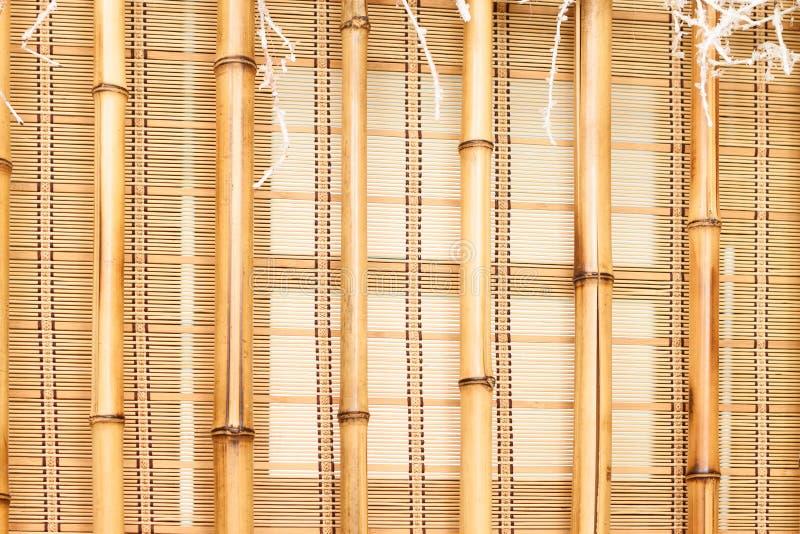 Rullgardiner på fönstret arkivbild