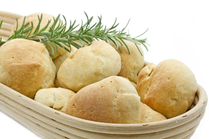 Rulli di pane verde oliva in un cestino del pane immagine stock libera da diritti