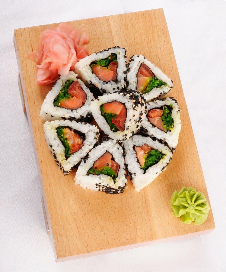 Rulli di sushi con lo sgombro e la cipolla verde immagini stock libere da diritti