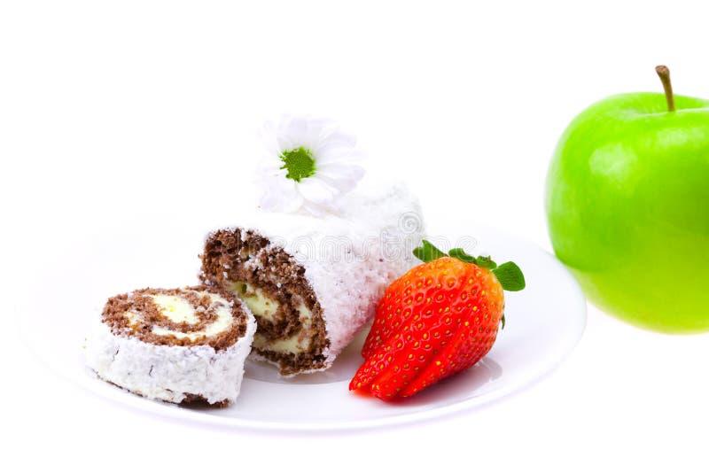 Rulli dolci e fragola su un piattino fotografia stock libera da diritti