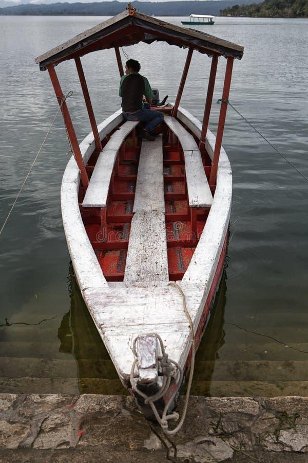 Rulli il cliente aspettante della barca in Flores Guatemala immagini stock